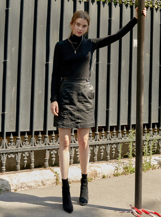 Shining Leather Skirt in Black VL8AS0300